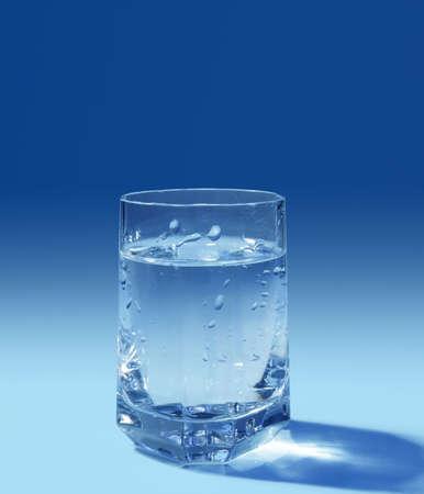 Gefüllte gass Wasser auf blauem Hintergrund