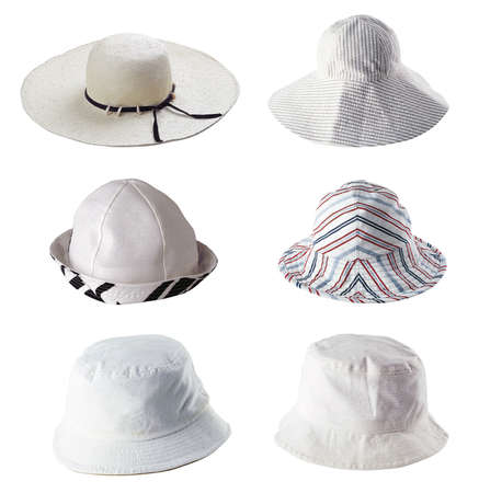 Sechs weiße Sommer Hüte isoliert auf weiß  Standard-Bild