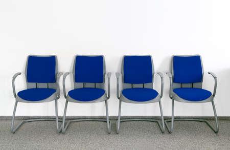 간단한 빈 대기실에서 4 개의 파란색 의자
