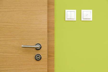 Zentrale Zusammensetzung der Holztür und grüne Wand Standard-Bild