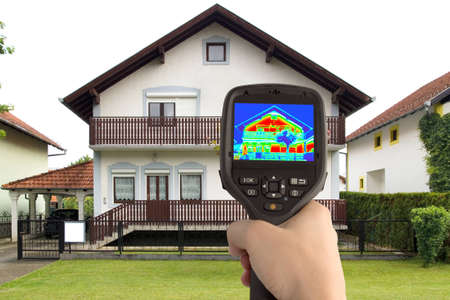Detecting Heat Loss at the House With Infrared Thermal Camera Standard-Bild - 14654529