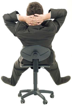 편안한 포즈 의자에 앉아