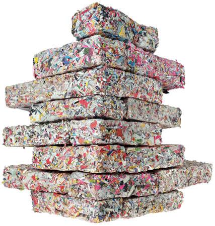 celulosa: Pared de la esquina de papel reciclado aislamiento ladrillos aislados sobre fondo blanco