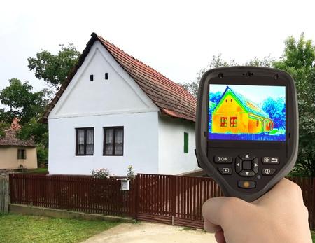 적외선 열 카메라와 함께 집의 열 손실 감지 스톡 콘텐츠 - 21418280