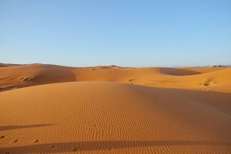 Erg Chebbi sand dunes against clear blue sky background in Sahara desert. Merzouga, Morocco. Banque d'images