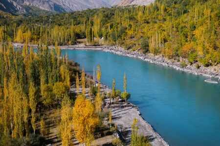 Nature landscape view of Ghizer river flowing through Hindu Kush mountainous area forest in Gahkuch. Gilgit Baltistan, Pakistan. Banque d'images