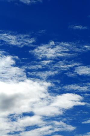Blauer Himmel Mit Weißen Wolken Hintergrund Standard-Bild