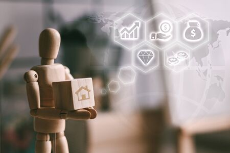 Roboterbilder tragen Holzblöcke, Geschäfts- und Investitionssymbole und zukünftige Wachstumsdiagramme. Handelskonzept.
