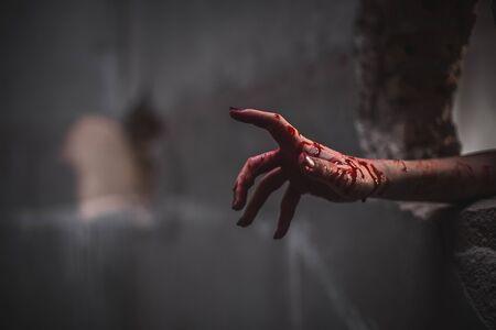 Albträume der unheimlichen Angst beim Halloween-Festival. Schließen Sie blutige Hände, die aus der Wand ragen, Horror und Terror.