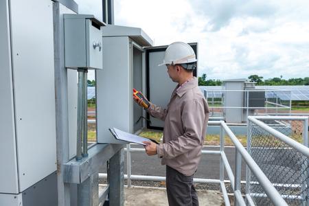 Ingénieur électricien travaillant à la salle de contrôle de la centrale à cellules solae moderne Banque d'images - 84395661