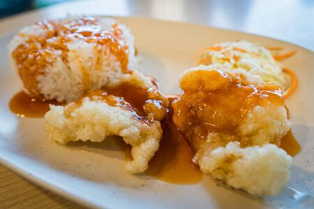 Gebakken kip met rijst en saus