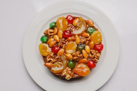 Kleurrijke fruitcake, diverse vruchten bovenop