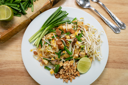 Thailands national dishes, stir-fried noodles with egg, vegetable and shrimp (Pad Thai) Stockfoto
