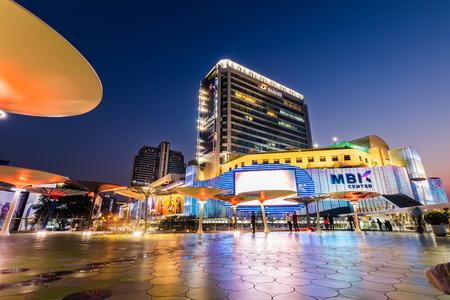 Bangkok, Thailand-March 2, 2019: Lighting of MBK Shopping Center, famous shopping mall in Bangkok, Thailand at twilight. 新聞圖片