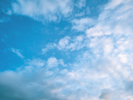 Idyllic Blue sky background with white cloud,cloudscape concept 免版税图像 - 112180651