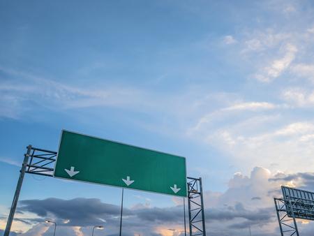 Grande posto guida del traffico in cima alla strada con cielo idilliaco e nuvola bianca in città, mock upmo Archivio Fotografico