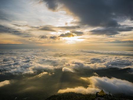 Bellissimo cielo all'alba con il mare della nebbia di nebbia al mattino sulla montagna di Khao Luang nel Parco nazionale di Ramkhamhaeng, provincia di Sukhothai Thailandia