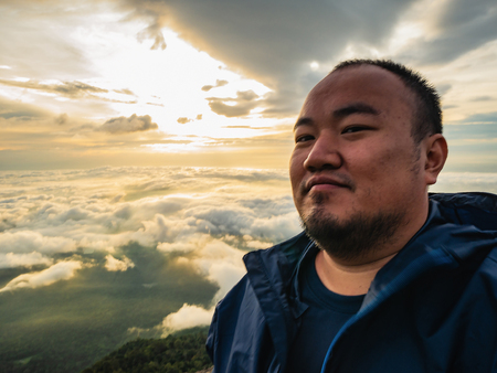 Asian Traveler Take a Selfie with Beautiful Sunrise Sky on the mountain Imagens