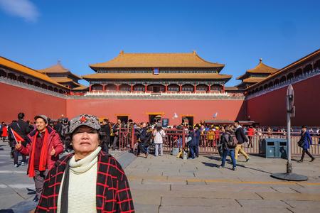 Pekin/Chiny - 25 lutego 2017: Nieznani Chińczycy lub touristin przychodzą odwiedzić Zakazany Pałac w wakacje w Pekinie, stolicy Chin, Zakazany Pałac był dawnym pałacem króla w Chinach Publikacyjne