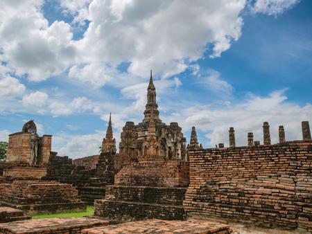 Ruina del área del templo Wat mahathat en el parque histórico de sukhothai