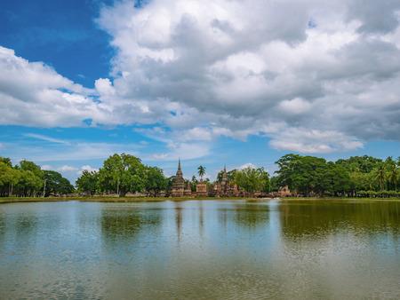 Rovina della pagoda e statua riflessa nell'acqua al parco storico di sukhothai, città di Sukhothai Thailandia Archivio Fotografico