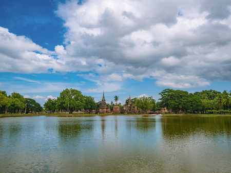 Ruina de la Pagoda y el reflejo de la estatua en el agua en el parque histórico de Sukhothai, la ciudad de Sukhothai Tailandia Foto de archivo