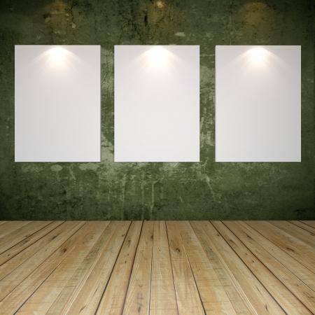 Interior de la habitaci�n vac�a con lienzo en blanco en la pared verde textura grunge de la galer�a Foto de archivo