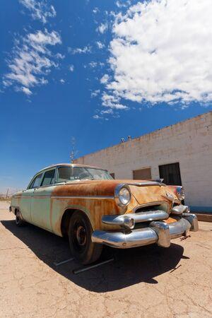 voiture ancienne: Vieille voiture sur la Route 66