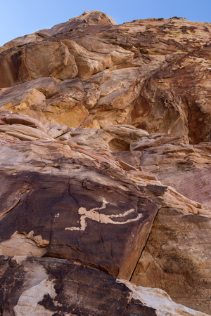 hombre cayendo: La caída del hombre petroglifo en la zona de Oro Butte, Nevada
