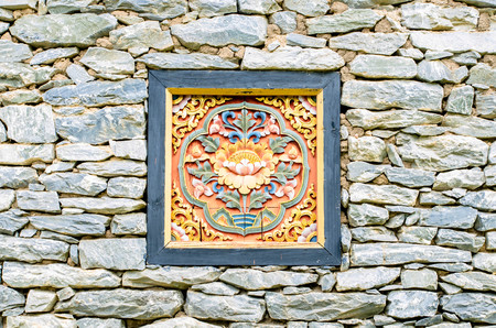 placa bacteriana: Wood carving on a rock wall in the park.