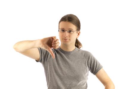 pulgar abajo: El hombre joven muestra su pulgar hacia abajo
