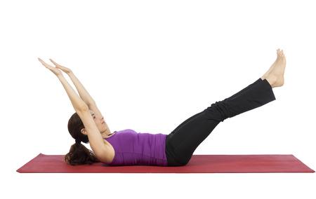 укрепление: Женщина делает упражнения во время укрепление физической подготовки.