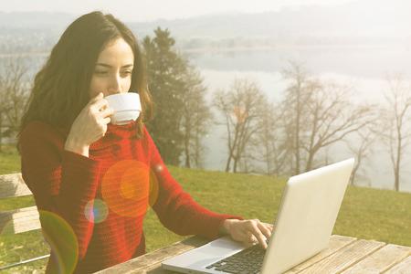 mujeres trabajando: Mujer que trabaja en la computadora portátil al aire libre