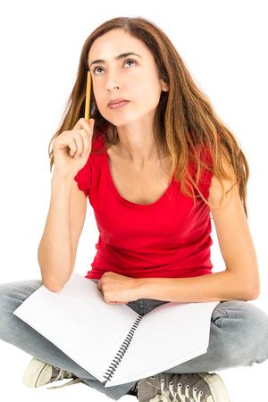 personas pensando: Mujeres estudiante sentado y pensando