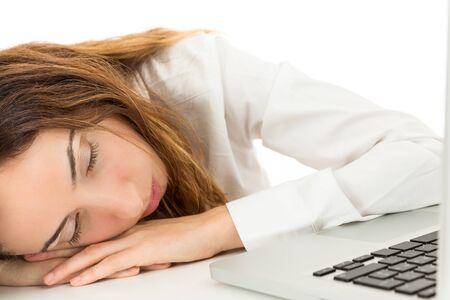 cansancio: Mujer de negocios que se quedó dormido en el escritorio debido al cansancio. Aislado en el fondo blanco.