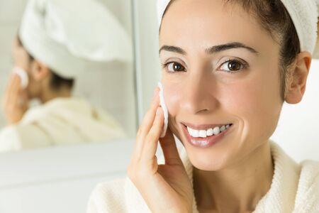 pulizia viso: Donna di pulizia suo pelle del viso