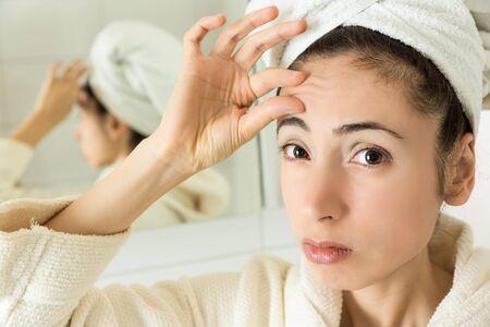 arrugas: Mujer mostrando sus arrugas de la frente
