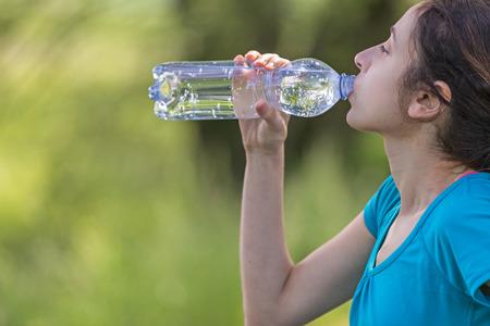 sediento: Mujer basculador caucásico sed después de deportes al aire libre
