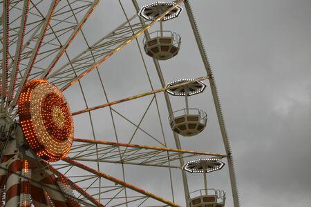 Empty lit up ferris wheel on a grey sky Banco de Imagens - 33074613