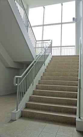 handle bars: Escalera con una amplia escalera y toda la longitud de vidrio para las ventanas del s�tano