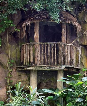 Oude houten hut balkon gebouwd tegen een rotswand