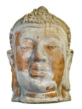 Vooraanzicht van een oude weer gedragen steen hoofd ruïne