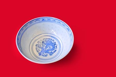Traditionele chinese porseleinen kom met oosterse patronen en drakenmotief Stockfoto
