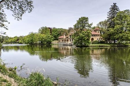 badhuis: Ganzen maken hun kunnen in de Washington Park Lake in Albany, New York Op de achtergrond als de bekende badhuis Stockfoto