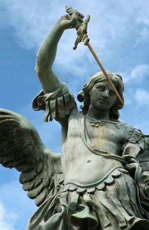 michele: Statua della st Michael sulla parte superiore di Castel Sant  Angelo, a Roma Italia. Archivio Fotografico
