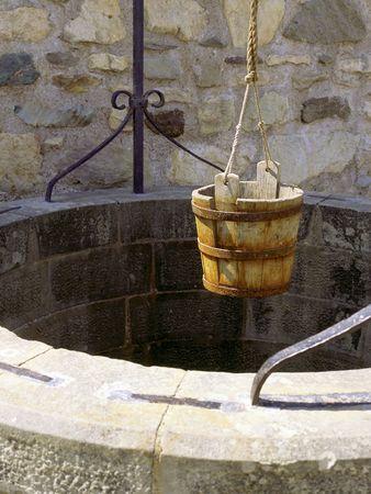 seau d eau: Un puits d'eau avec un vieux seau � Fort Louisbourg, en Nouvelle-�cosse, au Canada.