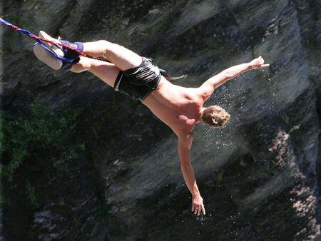 caida libre: Un hombre rebota detr�s despu�s de dunked en el r�o durante su salto del amortiguador auxiliar.