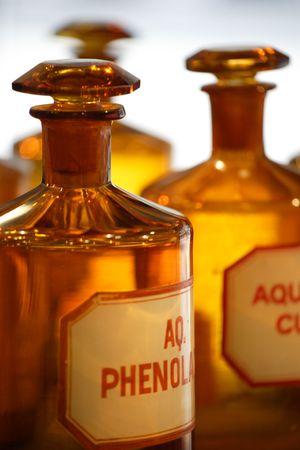 medecine: Une image de millésime chimiques bouteilles dans une pharmacie.  Banque d'images