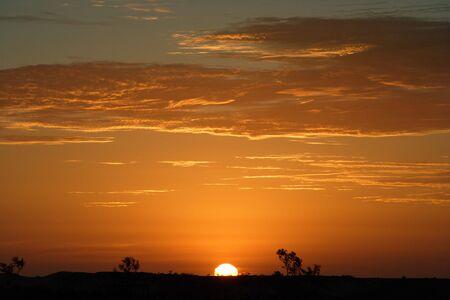 日没の間にオーストラリアのアウトバックの風景のイメージ。