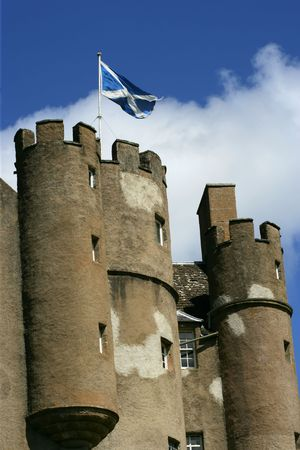 scottish flag: Scottish battenti bandiera di sopra di un castello.